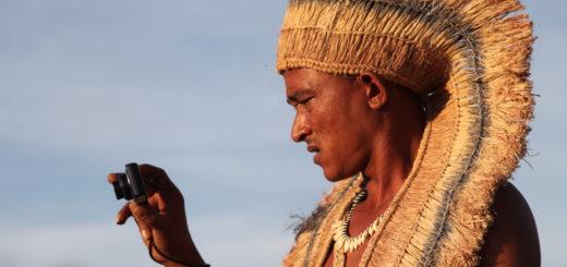 Letinho prend une photo au cours de la Fête de l'Amaro, Indiens Pankararé, Brejo do Burgo, Bahia, Brésil (photographie Cyril Menta, octobre 2014)